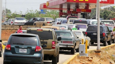 Drivers wait in a long queue to fill their tanks in Carabobo State